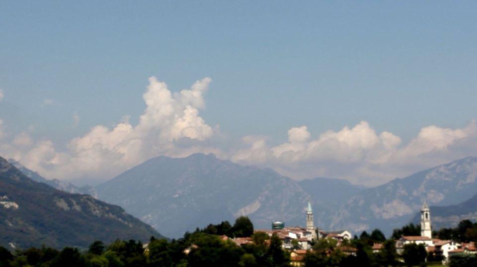 Il Lupo fra le nuvole..... le nuvole cambiamo spesso, velocemente, non si possono imprigionare perché il cielo corre sempre, quindi le nuvole sono ADESSO.